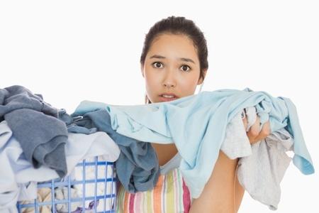 אישה מחזיקה כביסה