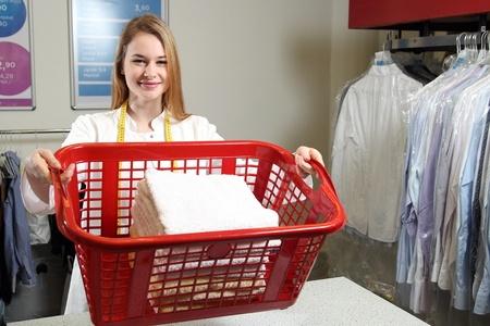 בחורה מחזיקה סל עם כביסה