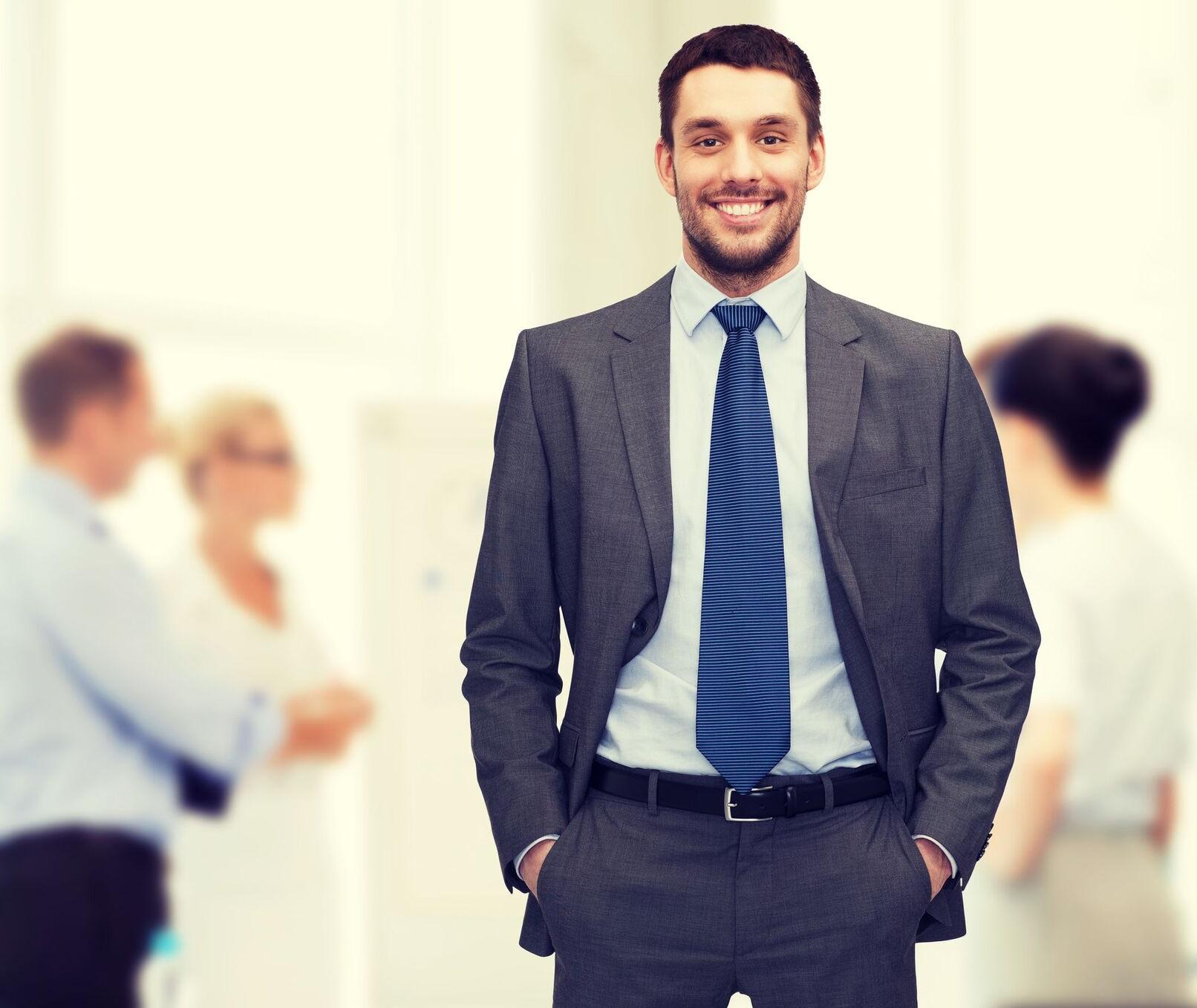 איש עסקים עם חליפה
