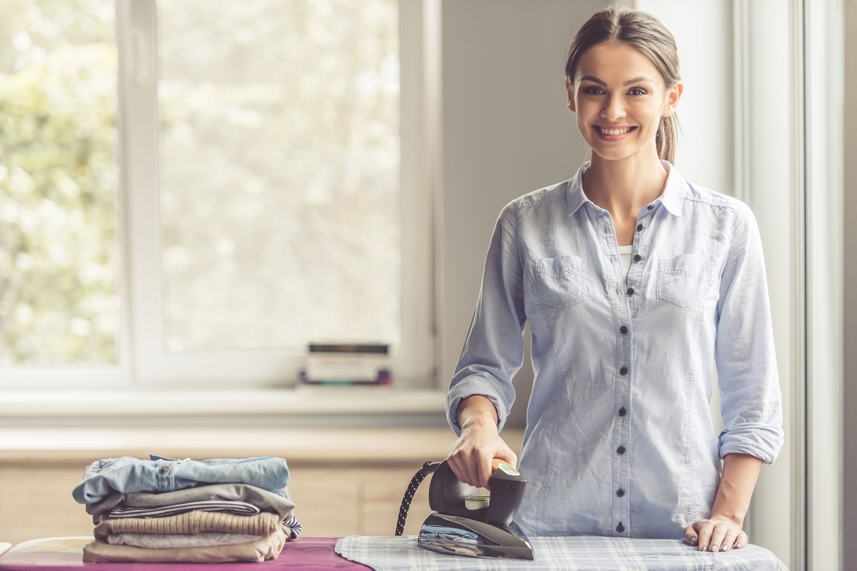 אישה מגהצת בגדים